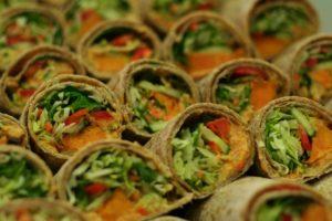 Vefja með cilli-kjúkling, grilluðu grænmeti og fersku salati